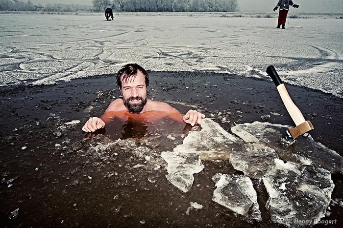 Вим Хоф проплыл 100 метров под ледником.