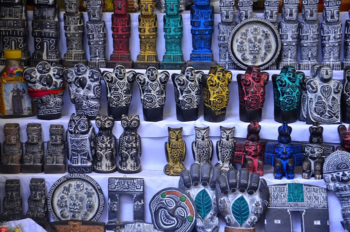 Многочисленные статуэтки, использующиеся в качестве амулетов и талисманов. Фото: Anthony G. Reyes.