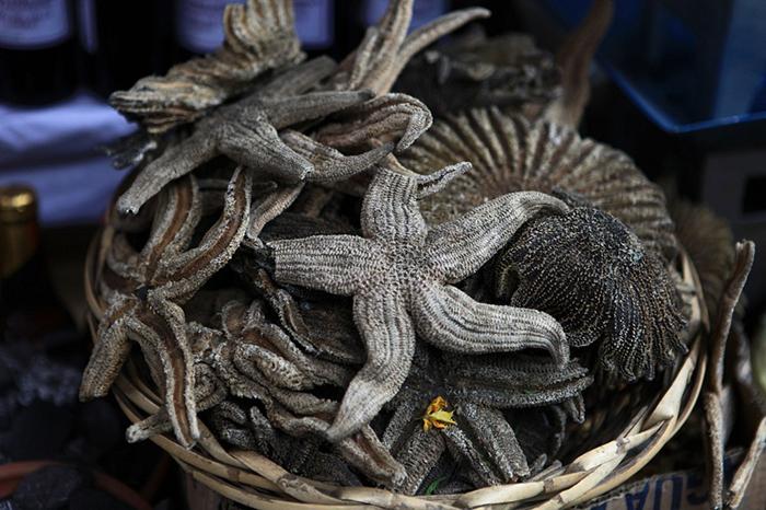Морские звезды на прилавке Рынка для ведьм. Фото:  Julie Laurent.