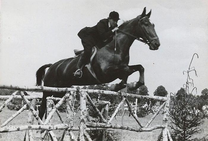 Пациентка в молодости нередко принимала участие в скачках.