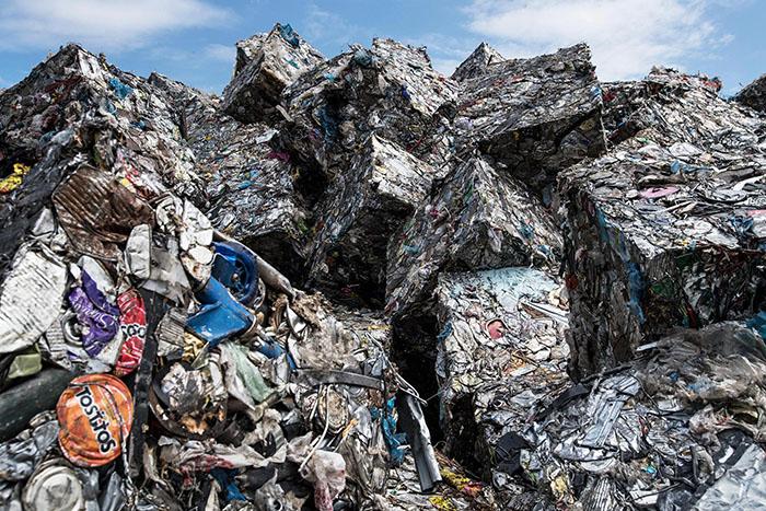 Прессованный мусор валяется на свалках под открытым небом.