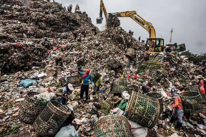 Многие свалки уже давно переполнены и представляют собой многометровые наслоения различного мусора.