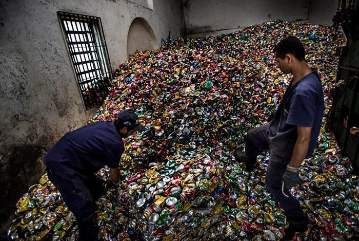 К переработке мусора в Сан-Паулу привлекаются бездомные люди, что становится частью их интеграции в общество.