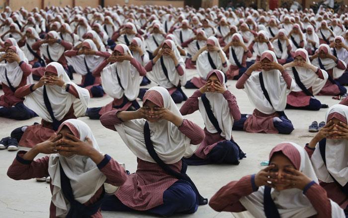 Мусульманские индусы тренируются перед предстоящим Днем Йоги. 15 июня 2016г.