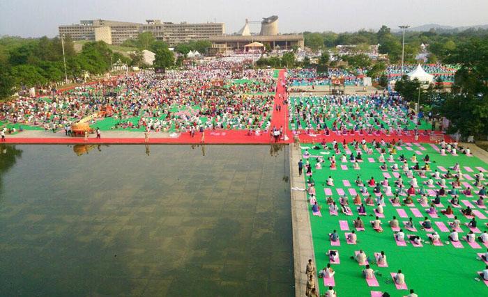 Вид сверху на репетицию Дня Йоги в Чандигархе.