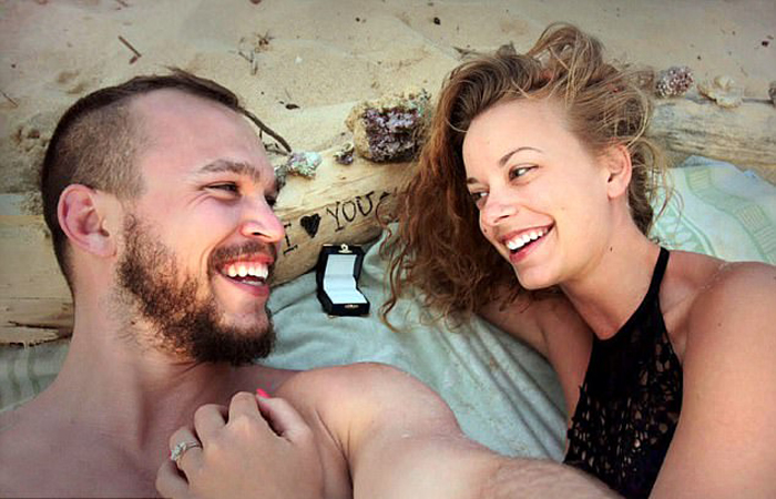 Алек сделал предложение своей девушке на берегу Тихого океана.