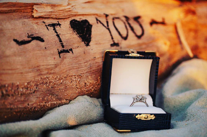 *С этим кольцом я вручаю тебе свое сердце. Я обещаю быть с тобой и не оставлять тебя одну. Пусть моя любовь будет укрытием для тебя, а мои объятия станут тебе домом.*  Instagram notstephsboyfriend.