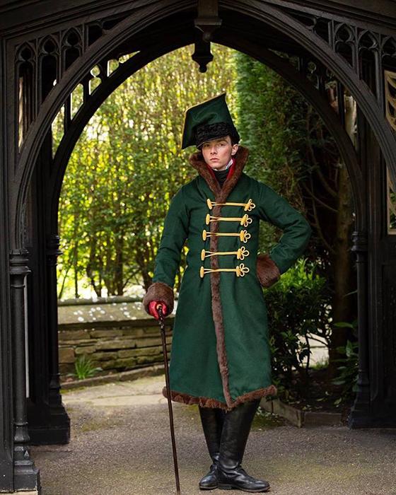 Парень стал шить одежду на заказ, специализируясь на нарядах 1660-1920-х годов.