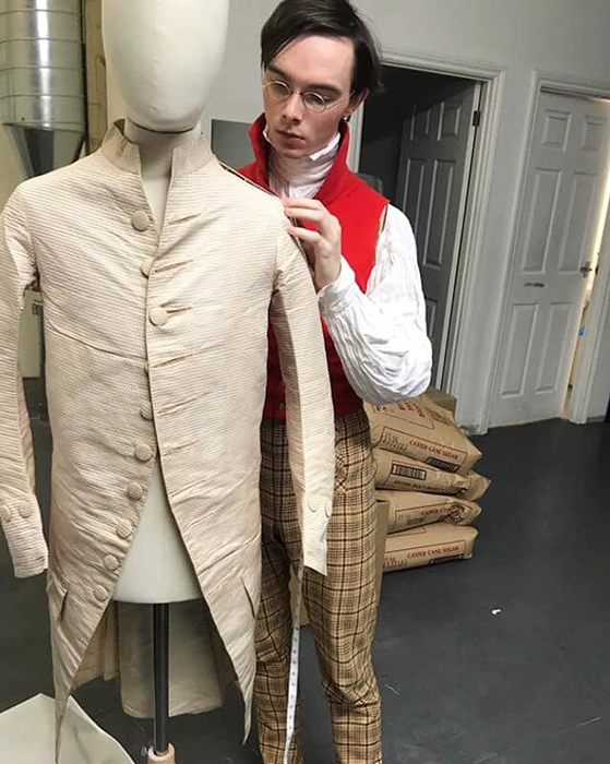 Зак шьет костюмы на заказ.