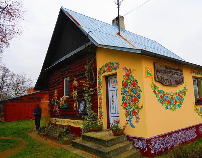 Одно из административных зданий деревни Залипье.