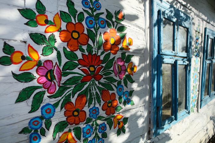 Цветочные узоры на стене жилого здания Залипье.