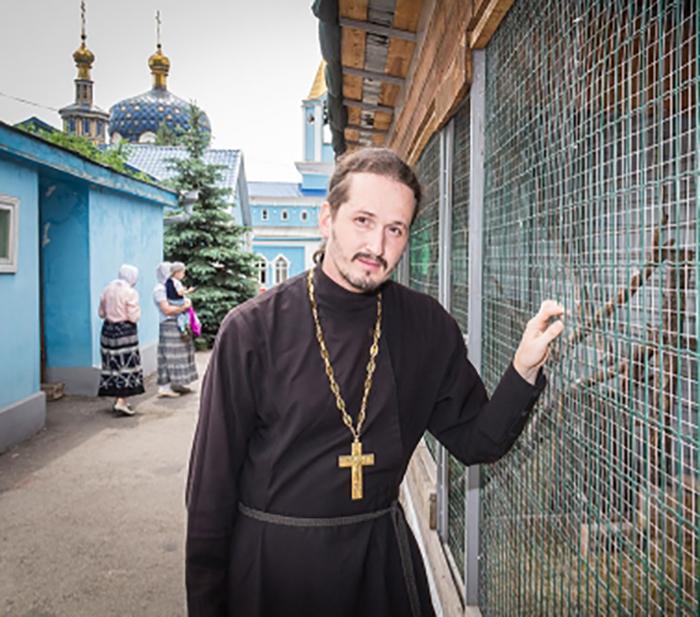 Из-за скандала отца Сергия исключили из служения в соборе.