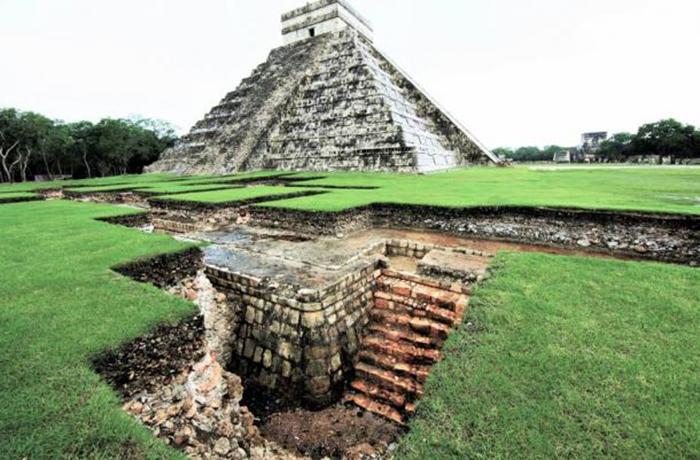 Внутри найдена пещера, где обнаружена керамика периода, предшествующего приходу тольтеков.