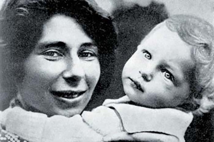 Урсула Кучински с сыном.