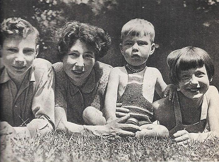 Урсула Кучински с детьми.