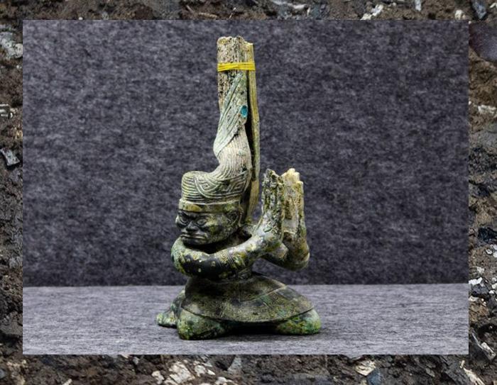 Бронзовая статуя, найденная на месте руин Саньсиндуй.
