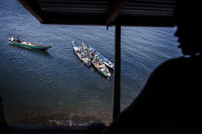 Рыбаки занимаются реализацией свежего улова прямо на воде.