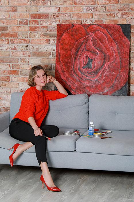 Юлия Мамонтова со своей работой «Роза Сердце Афродиты», 2020 год.