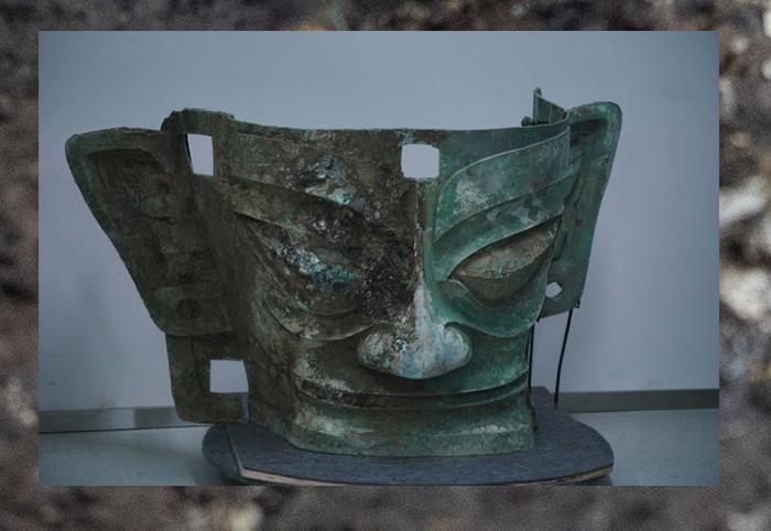 Бронзовая маска, найденная на месте руин Саньсиндуй.