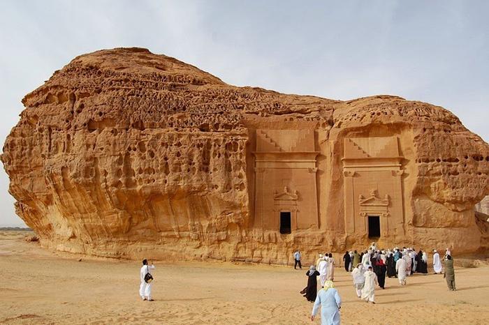 Каср аль-Фарид - одна из почти ста гробниц в этом древнем городе набатеев.