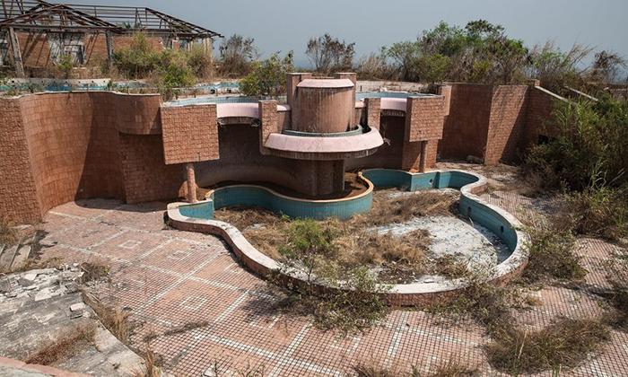 Заброшенный бассейн во дворце Мобуту.