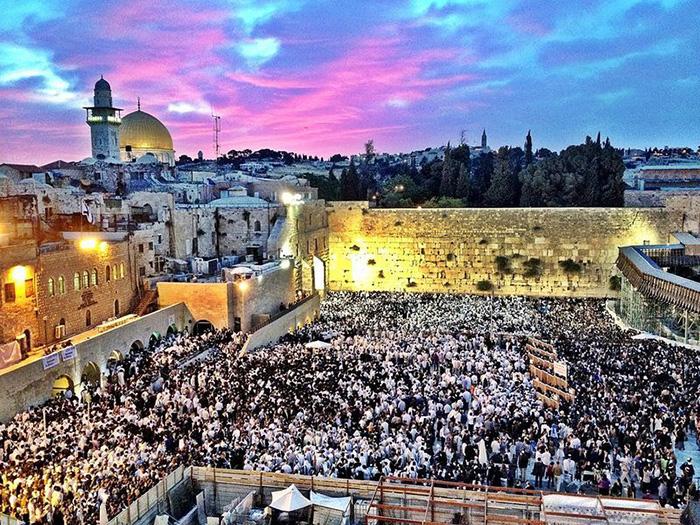 К Стене Плача каждый год стекаются миллионы верующих и туристов.