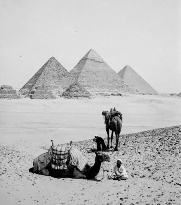 Бедуины отдыхают возле трёх пирамид Гизы.