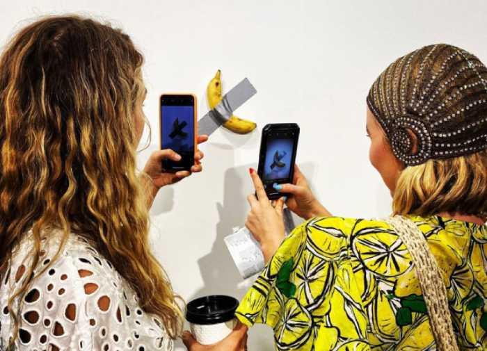 Инсталляция с бананом произвела на выставке настоящий фурор.
