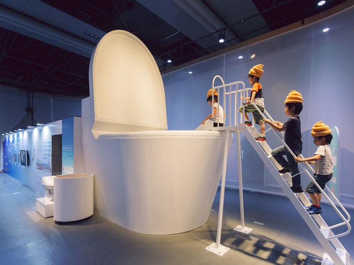 Имитация волшебного путешествия отходов жизнедеятельности человека через виртуальный мир канализации на выставке туалетов в Токио.