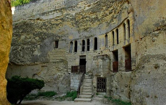 Глубина рва достигает восемнадцати метров. Он считается самым глубоким в Европе. Из него видны ходы в катакомбы под замком.