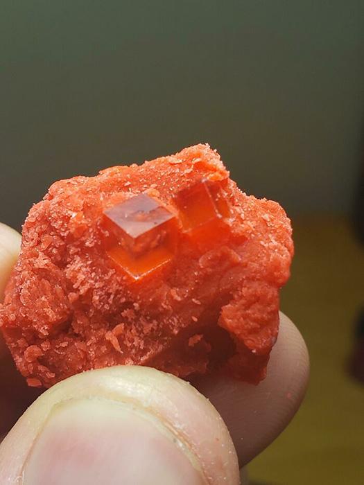 Кубические кристаллы, растущие в старом пластилине.