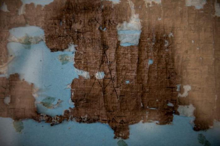 Фрагмент свитка с текстом.