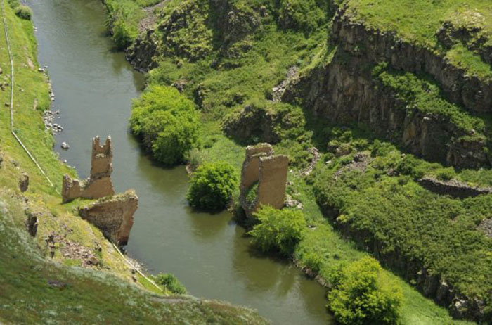 Призрачный мост под Ани. Справа Армения, слева Турция.