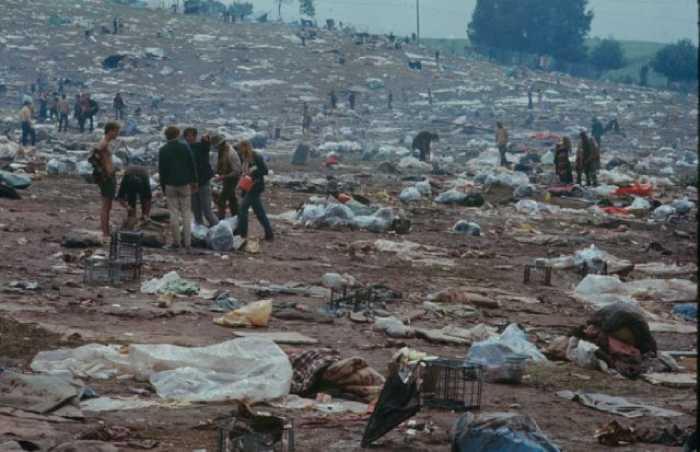 Поле затоптали и оставили просто горы мусора.