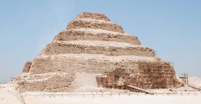 Реставрация стен пирамиды.