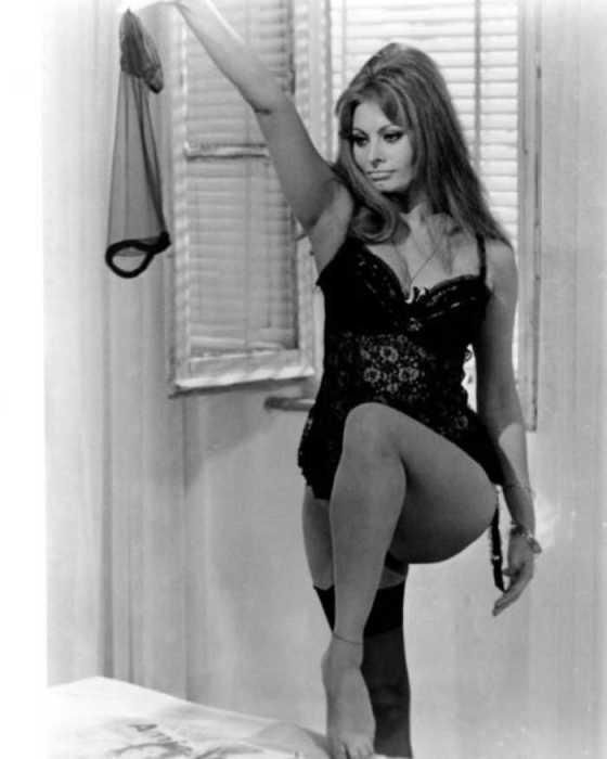 Софи Лорен в кадре из фильма «Вчера, сегодня и завтра», 1963 год.