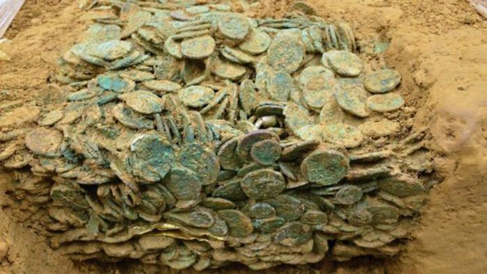 За многие годы, проведённые под землёй, монеты спрессовались в гигантский монолит.