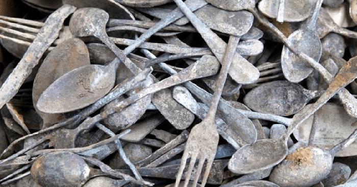 Найденные предметы и инструменты сейчас изучаются историками и экспертами.