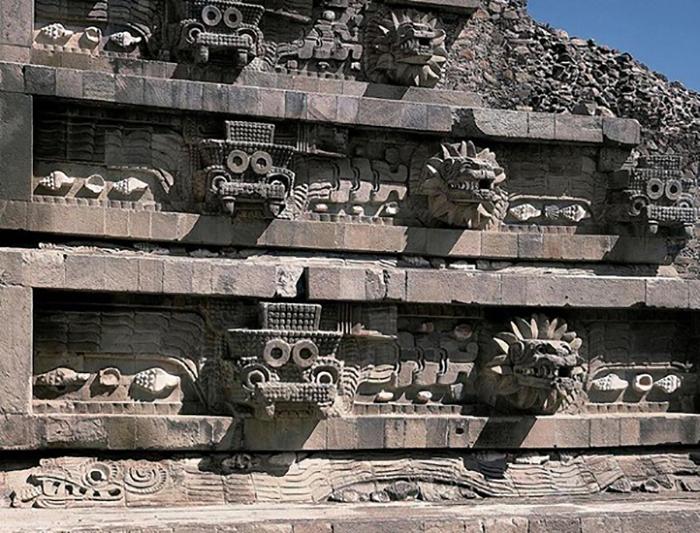 Храм украшали искусно высеченные барельефы, изображающие драконов.