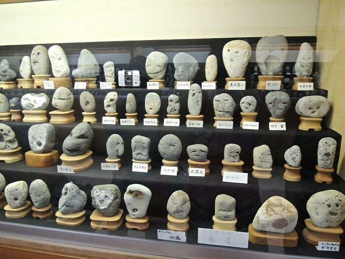 Этот музей в Японии демонстрирует различные камни уникальной формы с лицами на них.