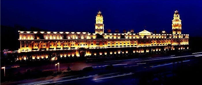 Дворец главного офиса компании в ночное время суток.