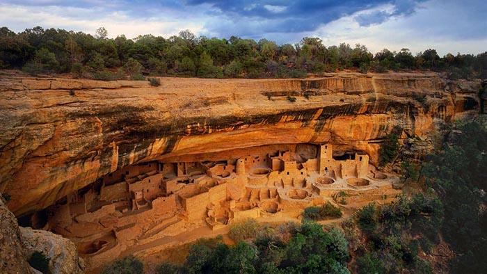 Это впечатляющее сооружение в современном национальном парке Меса-Верде, построено предками пуэблоанцев.