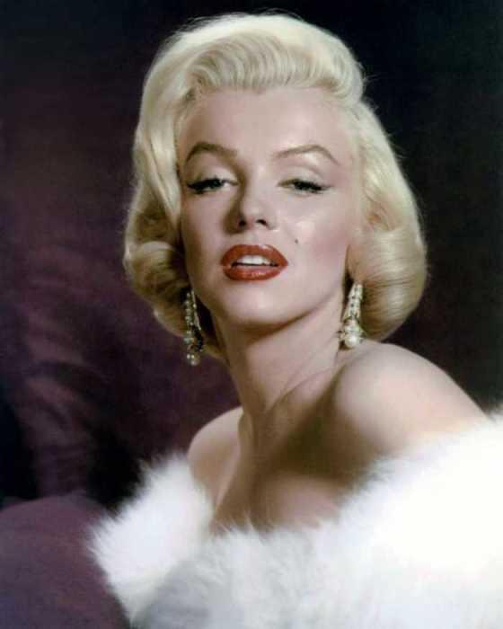 Яркая звезда Мэрилин Монро погасла весьма рано - ей было всего 36.