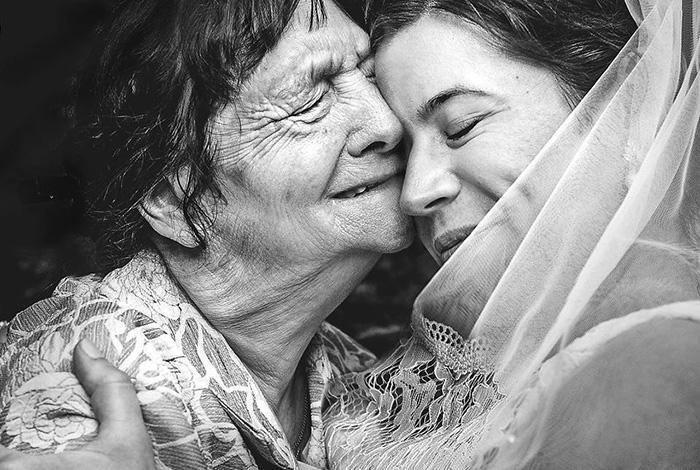 Слёзы бабушки - смесь счастья и грусти.