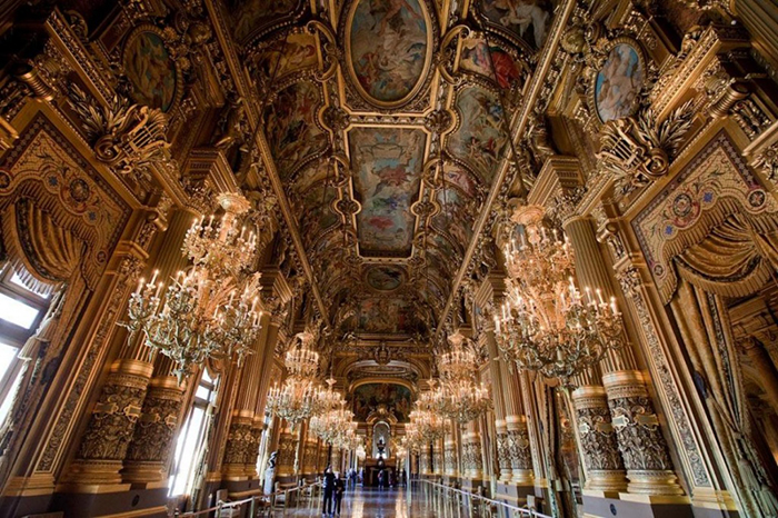 После падения Наполеона Лувр вернул своё название.