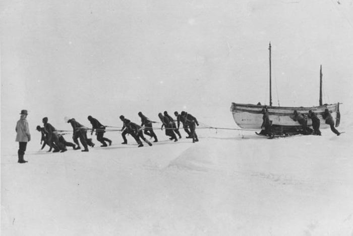 Экипаж Шеклтона тянет спасательную шлюпку по льду.