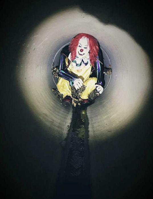 Этот манекен клоуна слесарь нашёл в канализационной трубе, привязанный вот так к решётке.
