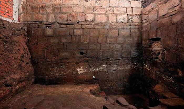 Эрнан Кортес построил свой дом на развалинах дворца Аксаякатль, используя материалы снесенной королевской резиденции.