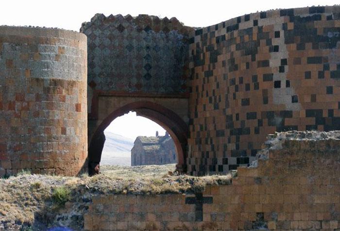 Средневековые стены Ани.