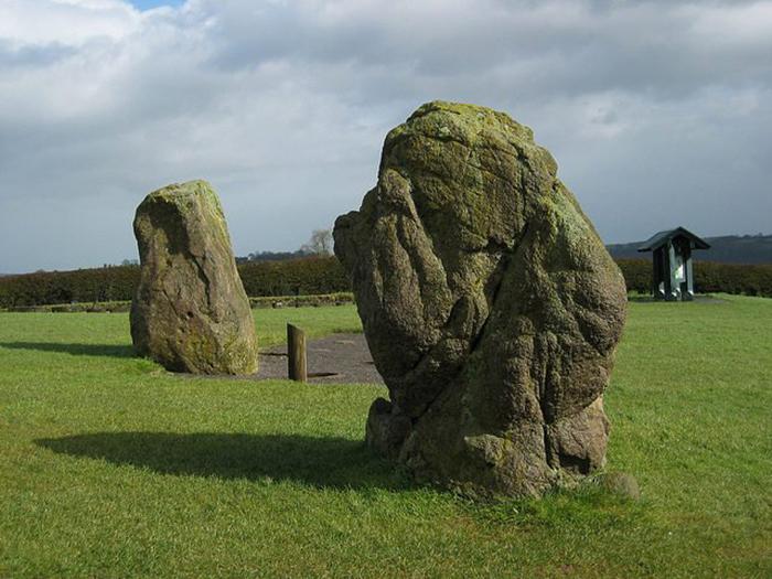 В захоронениях шаманок всех народностей общим было то, что на могилу водружали большой камень.